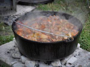Dutch Oven Gulasch kochen